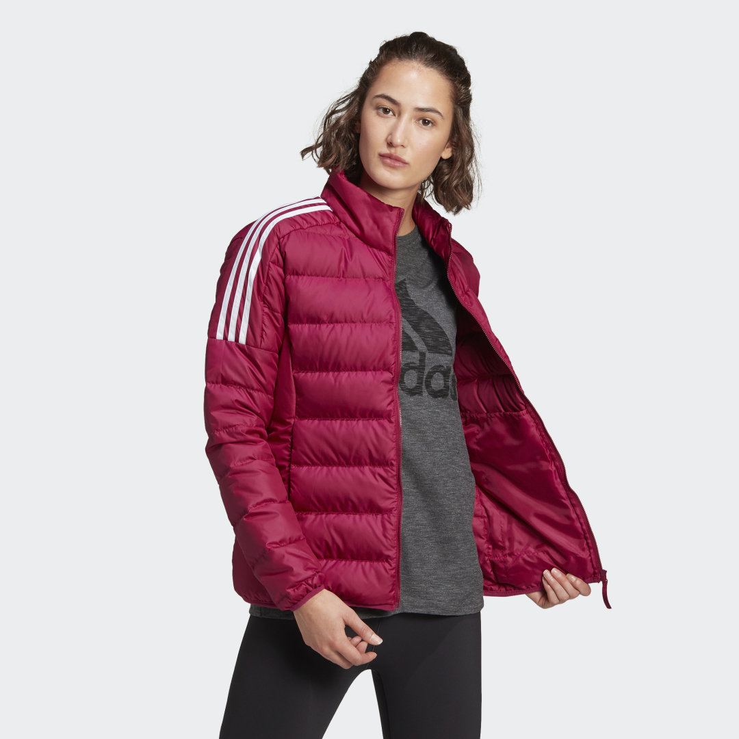 adidas Enjoy the lightweight warmth of down in the adidas Essentials Down Jacket. Down baffles seal in the heat. Classic 3-Stripes details lend it street style. It\\\'s made of recycled materials, one step toward reducing environmental impact.