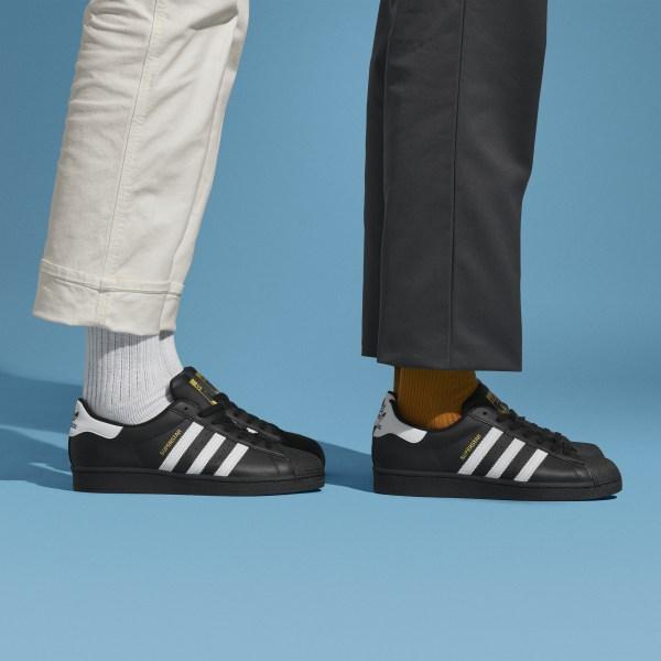 https://assets.adidas.com/images/w_600,f_auto,q_auto:sensitive,fl_lossy/86360ca03e1849a488daab1400f8dcf2_9366/Superstar_Shoes_Black_EG4959_HM1.jpg